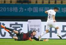 Luis Suarez berhasil mengecoh kiper Wales, tapi tembakannya hanya menghantam tiang gawang, gagal membuahkan gol pada final Piala China, Senin malam