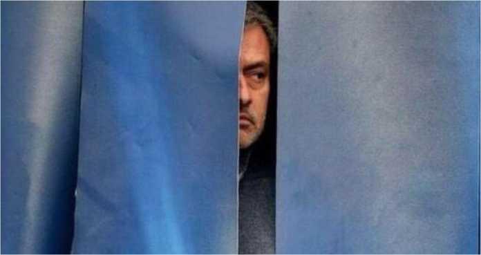 Jose Mourinho mengintip di balik layar dalam laga kekalahan mereka melawan Sevilla di ajang Liga Champions, Februari
