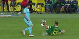 Kiper Las Palmas Leandro Chichizola menyentuh bola dengan sengaja di luar kotak saat mencoba menghentikan serangan striker Barcelona Luis Suarez pada laga LIga Spanyol, Jumat 2 Maret 2018. Namun tak ada hukuman dijatuhkan wasit.