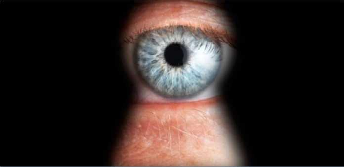 Ilustrasi mata mengintip di balik lubang kunci.