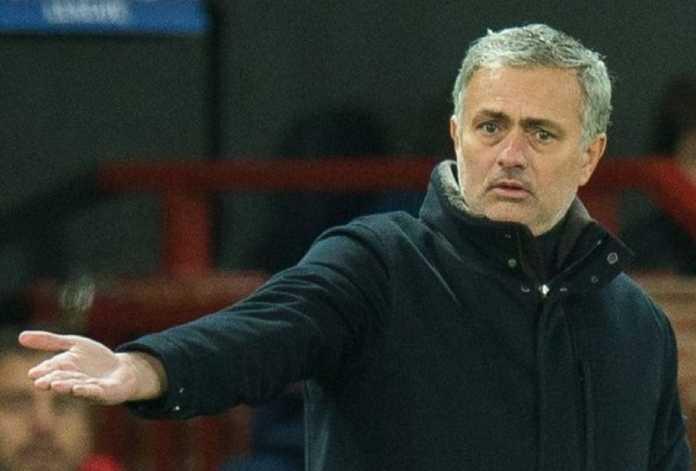 PSG siap merebut Jose Mourinho dari Manchester United, setelah pelatih itu diberitakan tak akur dengan hirarki Setan Merah.