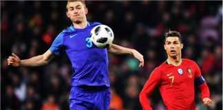 Cristiano Ronaldo dijaga ketat oleh Matthijs de Ligt, seorang target Barcelona, pada laga persahabatan Portugal vs Belanda, Selasa dinihari