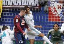 Benturan kepala ini menyebabkan bek tengah Real Madrid, Raphael Varane, meningga;kan laga Liga Spanyol di Eibar ini lebih awal.