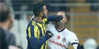 Ricardo Quaresma (kanan) dari Besiktas berkelahi lawan Joseph Souza dari Fenerbahce pada laga Piala Turki, Jumat malam.
