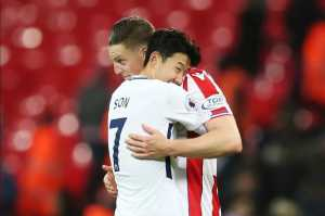 Son Heung-min dan mantan pemain Tottenham Hotspur yang kini membela Stoke City, Kevin Wimmer.