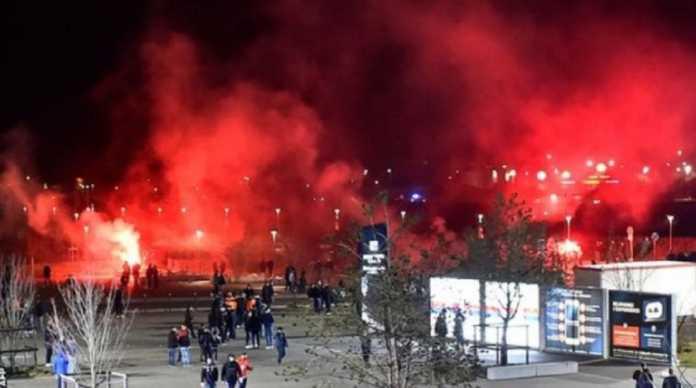 Lyon terancam sanksi larangan bermain di ajang Eropa dari Uefa setelah suporternya terus berulah.