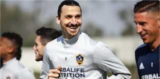 Mantan Manchester United Zlatan Ibrahimovic tampak bahagia dan terus menerus tersenyum selama latihan hari pertamanya di LA Galaxy, Jumat. Ia memastikan kepindahannya pekan silam.