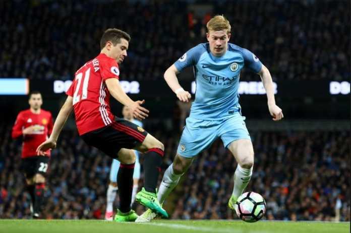 Bintang Manchester United Ander Herrera membantah telah dengan sengaja meludahi lambang Manchester City, saat jeda turun minum di derby Manchester akhir pekan lalu.
