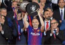 Andres Iniesta menerima trofi Copa del Rey di Wanda Metropolitano usai menghabisi Sevilla 5-0 pada laga final, Sabtu.