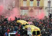 Seorang suporter terluka dan harus dilarikan ke rumah, sementara beberapa lainnya ditahan polisi, terkait bentrok antarsuporter jelang pertemuan Liverpool dan AS Roma di leg pertama Liga Champions, Rabu (25/4) dinihari tadi.