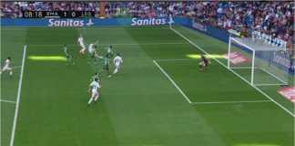 Adegan sesaat sebelum striker Real Madrid Gareth Bale menyambar bola liar dan menjebol gawang Leganse pada laga Liga Spanyol, Sabtu malam.