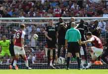 Granit Xhaka mengambil satu tendangan bebas untuk Arsenal pada laga Liga Inggris, Minggu malam, melawan West Ham United.