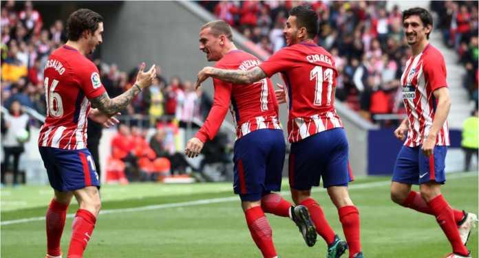 Antoine Griezmann merayakan gol kedua Atletico ke gawang Levante pada laga Liga Spanyol, Minggu malam.