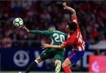 Tello dan Savic berebut bola pada laga Liga Spanyol antara Atletico Madrid vs Real Betis, Senin dinihari, yang usai dengan skor 0-0.