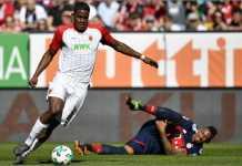 Jerome Boateng terjatuh sebelum terjadinya gol bunuh diri Niklas Suele pada laga Liga Jerman antara Augsburg vs Bayern Munchen, Sabtu.