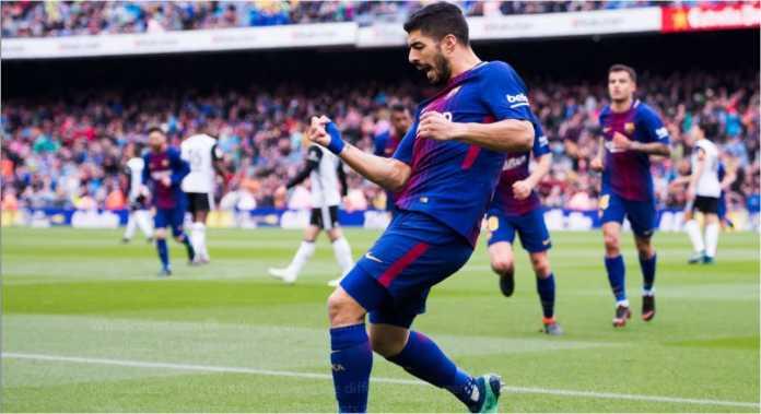 Striker Barcelona Luis Suarez mencetak gol ke gawang Valencia dalam laga LIga Spanyol, Sabtu, di Camp Nou.