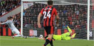 Chris Smalling meluncur untuk menyodok bola ke gawang Bournemouth yang dijaga Asmir Begovic pada laga Liga Inggris, Kamis dinihari.