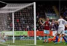 Kevin Long bereaksi usai memasukkan bola ke gawangnya sendiri dalam laga Liga Inggris antara Burnley vs Chelsea, Jumat dinihari.