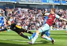 Chris Wood menembakkan bola untuk menjadi gol pertama Burnley saat menjamu Leicester City pada pekan 33 Liga Inggris, Sabtu.