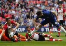 Striker Chelsea Olivier Giroud melewati tiga atau empat pemain lawan sebelum menceploskan gol ke gawang Southampton pada menit 46 semi final Piala FA.