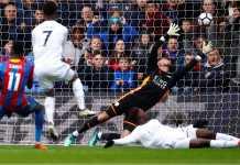 Wilfried Zaha mencetak gol pertama Crystal Palace ke gawang Leicester City, Sabtu malam. Pertandingan itu usai dengan skor 5-0.