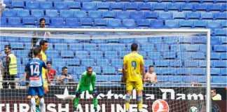 Jonathan Calleri sesaat sebelum mengeksekusi penalti bagi Las Palmas ke gawang Espanyol, Sabtu malam. Stadion yang sepi menjadi pertanda betapa tidak populernya laga ini.