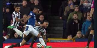 Theo Walcott menembak untuk menjadi gol satu-satunya pada laga Everton vs Newcastle United, Selasa dinihari, di Goodison Park.