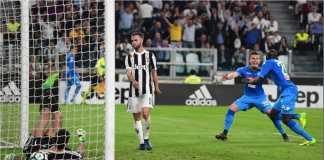 Para pemain Napoli kegirangan saat terjadi gol sundulan kepala Koulibaly di menit terakhir laga di kandang Juventus, yang menyebabkan mereka hanya berselisih satu poin saja di belakang Bianconeri.
