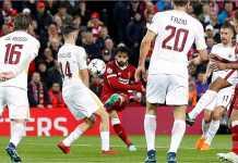Winger Liverpool Mohamed Salah saat mencetak gol pertama ke gawang AS Roma dengan tendangan volinya pada laga leg pertama semifinal Liga Champions, Rabu.