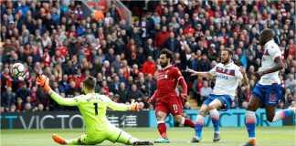 Ekspresi Mohamed Salah ketika sadar salah mengirim tendangan ke sisi kanan gawang pada menit ke-4 laga Liga Inggris antara Liverpool vs Stoke City di Anfield, Sabtu malam.