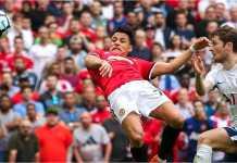 Striker Manchester United Alexis Sanchez menanduk bola ke gawang Tottenham untuk menjadi gol penyama kedudukan 1-1 pada laga semifinal Piala FA, Sabtu malam.