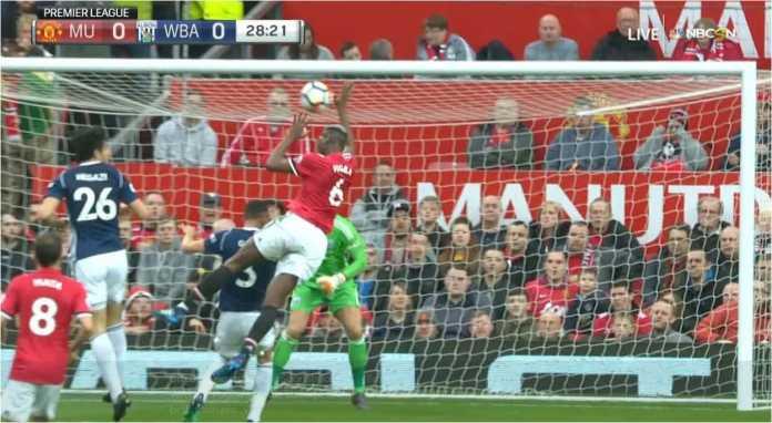 Paul Pogba menggunakan kedua tangannya untuk mengirim bola ke gawang West Brom pada laga Liga Inggris menit 28 di kandang Manchester United, Minggu malam. Pemain Perancis itu terkena kartu kuning.