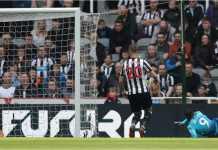 Alexandre Lacazette mencetak gol bagi Arsenal pada laga Liga Inggris di kandang Newcastle United, Minggu.
