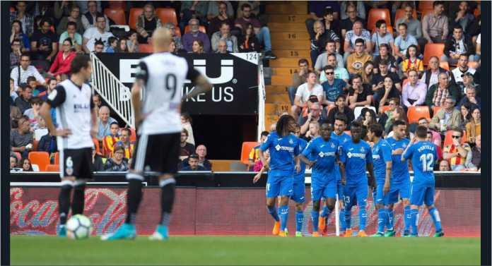Para pemain Valencia sudah menunggu dimulainya lagi pertandingan usai gol kedua pemain Getafe Loic Remy pada laga Liga Spanyol, Kamis dinihari.