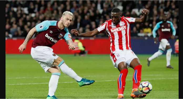 Bruno Indi berusaha menahan satu serangan dari Marko Arnautovic pada laga Liga Inggris antara West Ham United vs Stoke City, Selasa dinihari WIB.