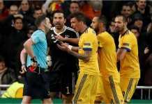 Wasit Michael Oliver bersiap mengeluarkan kartu merah kepada kiper Gianluigi Buffon di detik-detik terakhir laga leg kedua perempat final Liga Champions antara Real Madrid dan Juventus di Bernabeu, Kamis.