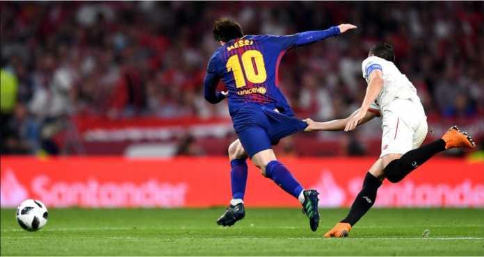 Pemain Sevilla Sergio Escudero menarik celana Lionel Messi sampai hampir merosot pada laga final Copa del Rey, Minggu dinihari.