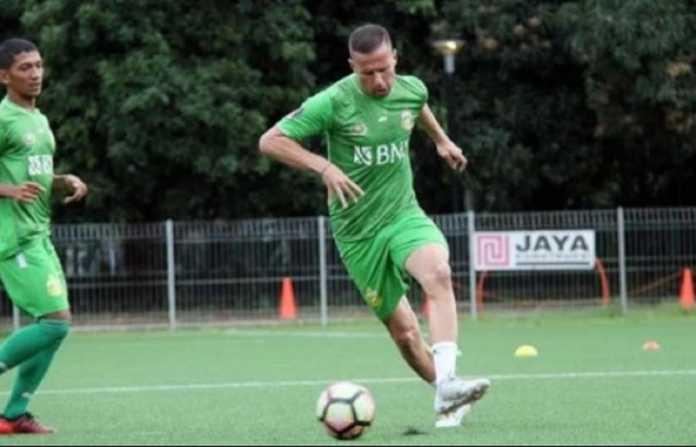 Pelatih Bhayangkara FC, Simon McMenemy, minta pemain asingnya, Nikola Komazec, tularkan ilmu dan pengalamannya pada rekan-rekan satu tim.