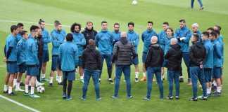 Zinedine Zidane memberi briefing sebelum latihan pertama Real Madrid di Turin. Perhatikan bahasa tubuh Gareth Bale, Karim Benzema, Cristiano Ronaldo, dan Isco.