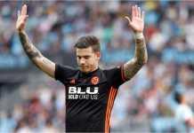 Pemain Valencia Santi Minta, yang adalah seorang jebolan akademi muda Celta Vigo, seperti minta permakluman saat menjebol gawang mantan klubnya itu pada laga Liga Spanyol antara Celta Vigo vs Valencia, Sabtu.