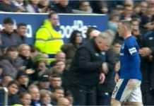 Wayne Rooney menepis uluran tangan Sam Allardyce, pelatih Everton, saat ditarik keluar pada menit 57 laga melawan Liverpool, Sabtu.