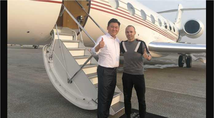 Mantan kapten Barcelona, Andres Iniesta, terlihat berfoto di depan pesawat jet pribadi yang akan membawanya ke Vissel Kobe Jepang, Kamis dinihari.