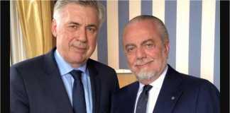 Bos Napoli yang baru Carlo Ancelotti berfoto bersama sang pemilik, Aurelio De Laurentiis.