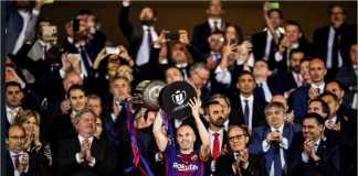 Andres Iniesta selaku kapten Barcelona mengangkat trofi Copa del Rey dalam final terakhirnya, bulan April lalu.