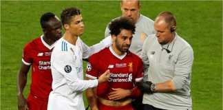 Mohamed Salah dihibur oleh Cristiano Ronaldo saat ia ditarik keluar dan menangis di menit 29 laga final Liga Champions, Minggu, akibat cedera setelaj dijatuhkan oleh Sergio Ramos.