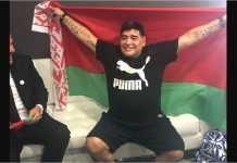Diego Maradona, legenda Barcelona, Napoli asal Argentina, membentangkan bendera Belarusia setelah ditunjuk menjadi chairman FC Dynamo Brest, sebuah klub di sisi barat negeri kecil itu, dekat perbatasan Polandia.