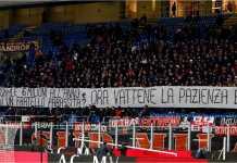 Fans AC Milan mengusir kiper Gianluigi Donnarumma dengan poster-poster yang menyakitkan.