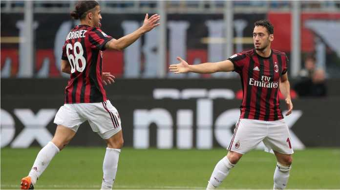 Hakan Calhanoglu usai mencetak gol saat AC Milan menjamu Fiorentina, Minggu malam.