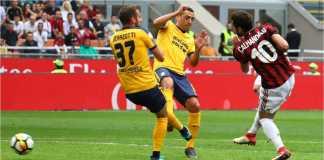 Adegan saat Hakan Calhanoglu menyambar bola tarik di dalam kotak penalti Hellas Verona, menjadi gol bagi AC Milan pada laga di San Siro, Sabtu.