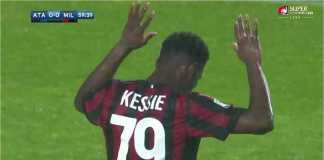 Pemain AC Milan Franck Yannick Kessie mengangkat kedua tangannya sebagai tanda tak ingin merayakan gol ke gawang majikan utamanya, Atalanta, pada laga Minggu malam.